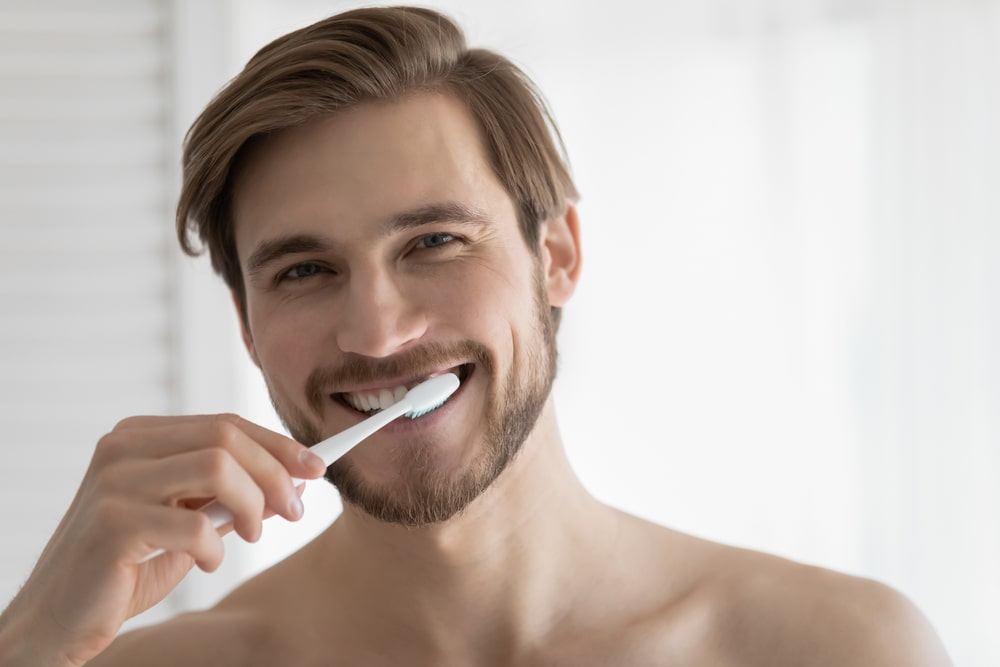 Il combat la plaque et le tartre grâce au brossage